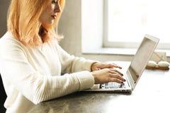 Junge Frau des attraktiven Hippies im modernen Dachbodencafé-Kaffeestuberestaurant Verfasser, Blogger, Designer, Freiberufler, Fe Lizenzfreie Stockbilder