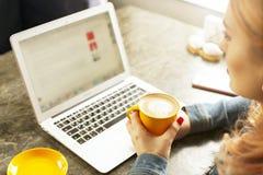 Junge Frau des attraktiven Hippies im modernen Dachbodencafé-Kaffeestuberestaurant Verfasser, Blogger, Designer, Freiberufler, Fe Lizenzfreies Stockfoto