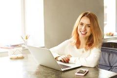 Junge Frau des attraktiven Hippies im modernen Dachbodencafé-Kaffeestuberestaurant Verfasser, Blogger, Designer, Freiberufler, Fe Stockfotografie