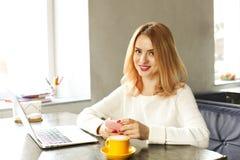 Junge Frau des attraktiven Hippies im modernen Dachbodencafé-Kaffeestuberestaurant Verfasser, Blogger, Designer, Freiberufler, Fe Lizenzfreies Stockbild