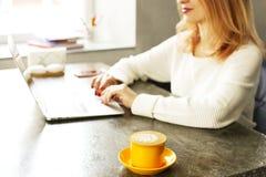 Junge Frau des attraktiven Hippies im modernen Dachbodencafé-Kaffeestuberestaurant Verfasser, Blogger, Designer, Freiberufler, Fe Stockbild