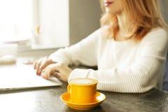 Junge Frau des attraktiven Hippies im modernen Dachbodencafé-Kaffeestuberestaurant Verfasser, Blogger, Designer, Freiberufler, Fe Stockbilder