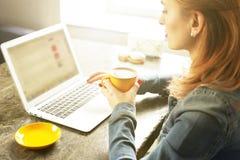 Junge Frau des attraktiven Hippies im modernen Dachbodencafé-Kaffeestuberestaurant Verfasser, Blogger, Designer, Freiberufler, Fe Lizenzfreie Stockfotografie