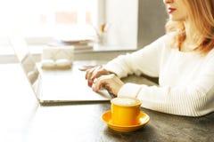 Junge Frau des attraktiven Hippies im modernen Dachbodencafé-Kaffeestuberestaurant Verfasser, Blogger, Designer, Freiberufler, Fe Lizenzfreie Stockfotos