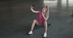 Junge Frau des attraktiven Rochens, die ein selfie nimmt stock video