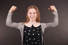 Junge Frau des aufgeregten glücklichen Erfolgs mit den Fäusten oben Lizenzfreies Stockbild