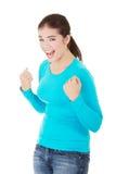 Junge Frau des aufgeregten glücklichen Erfolgs mit den Fäusten oben Stockfotos