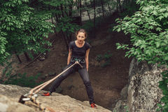 Junge Frau des Bergsteigers, die auf Steinfelsen steht Lizenzfreie Stockfotografie