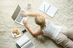 Junge Frau des Blogger Lizenzfreie Stockbilder