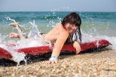 Junge Frau des Brunette in dem Meer Lizenzfreie Stockbilder