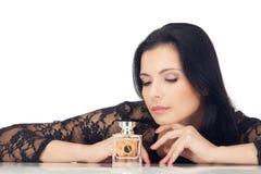 Junge Frau des dunklen Haares in der schwarzen Bluse trennte Stockfotografie