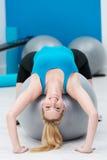 Junge Frau des geschmeidigen Sitzes, die Pilates-Übungen tut Stockfotografie