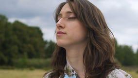 Junge Frau des Meditationsfreiens glaubt Einssein mit Weltnatur, innerer Frieden stock footage