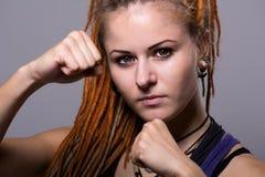 Junge Frau des Nahaufnahmeporträts mit Dreadlocks in einem Fighting stan Lizenzfreie Stockfotos