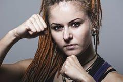 Junge Frau des Nahaufnahmeporträts mit Dreadlocks in einem Fighting stan Lizenzfreie Stockfotografie