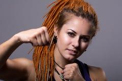 Junge Frau des Nahaufnahmeporträts mit Dreadlocks in einem Fighting stan Lizenzfreie Stockbilder