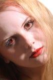 Junge Frau des Nahaufnahmeportraits mit roten Augen Stockfoto