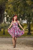 Junge Frau des Pinup in der Weinleseartkleidung Lizenzfreies Stockfoto