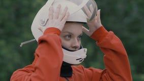 Junge Frau des Porträts in der Schutzhelmzeitlupe Mädchen im Sturzhelm auf Kopf lizenzfreie stockfotografie