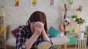 Junge Frau des Porträts kann die Narbe auf ihrem Gesicht nicht mithilfe der Kosmetik verstecken stock video