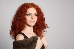 Junge Frau des Porträts mit dem roten Haar Stockfoto