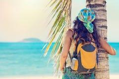Junge Frau des Porträts mit Rucksack sonnigen Tag genießend Stockfotografie