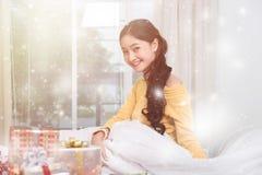 Junge Frau des Porträts mit Weihnachtsgeschenkboxen stockbild
