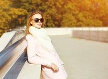 Junge Frau des Porträts recht am warmen sonnigen Herbsttag Lizenzfreies Stockbild