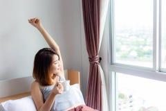 Junge Frau des Portraits recht Attraktives schönes Mädchen weckt auf stockbilder