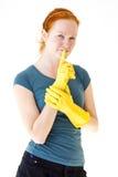 Junge Frau des Redhead mit gelben Handschuhen lizenzfreie stockfotos