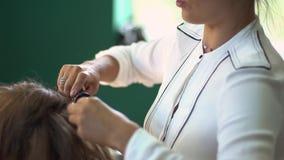 Junge Frau des schönen Brunette am Friseursalon stock video