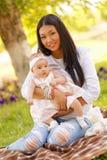 Junge Frau des schönen Kazakh mit Kindern Stockbild