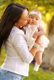 Junge Frau des schönen Kazakh mit Kindern Stockfoto