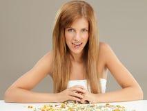 Junge Frau des Schönheitsportraits, die Pille nimmt Lizenzfreie Stockfotos