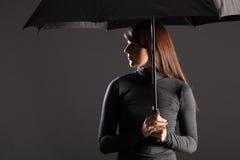 Junge Frau des Schutzes und der Abdeckung unter Regenschirm Lizenzfreie Stockbilder