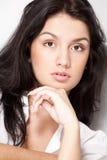 Junge Frau des schwarzen Haares der Nahaufnahme Lizenzfreie Stockbilder