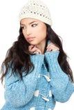 Junge Frau des schwarzen Haares in einer blauen Wollestrickjacke Stockbild