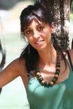 Junge Frau des schwarzen Haares nahe Baum mit Zubehör Lizenzfreie Stockfotografie