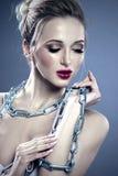 Junge Frau des sinnlichen schönen Zaubers Helles Lippenmake-up Conce lizenzfreies stockbild