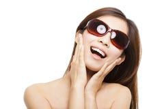 Junge Frau des Sonnenscheins, die ihr Gesicht lächelt und berührt Stockfotografie