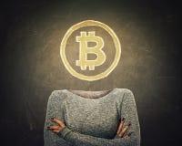 Junge Frau des surrealen Bildes mit gekreuzten armss und bitcoin Symbol anstelle des Kopfes gezeichnet über Tafelhintergrund mode stock abbildung