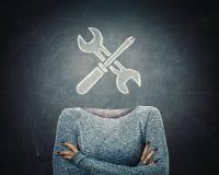 Junge Frau des surrealen Bildes mit gekreuzter Arm- und Schlüssel- und Schraubenzieherwerkzeugikone anstelle des Kopfes gezeichne stockbilder