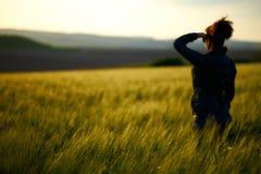 Junge Frau des undeutlichen Schattenbildes schaut fern lizenzfreie stockfotos