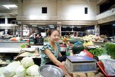 Junge Frau des Verkaufsgemüses stockfoto