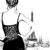 Junge Frau, die über Paris schaut Stockfoto