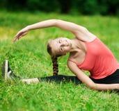 Junge Frau, die Übung ausdehnend tut lizenzfreies stockfoto
