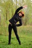 Junge Frau, die Übungen tut Stockbilder