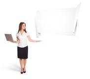Junge Frau, die abstrakten origami Exemplarplatz darstellt Lizenzfreie Stockfotos