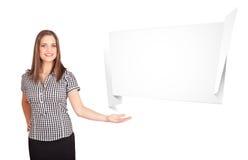 Junge Frau, die abstrakten origami Exemplarplatz darstellt Lizenzfreies Stockbild