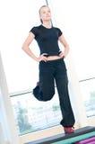 Junge Frau, die aerobe Übungen tut Lizenzfreie Stockfotografie